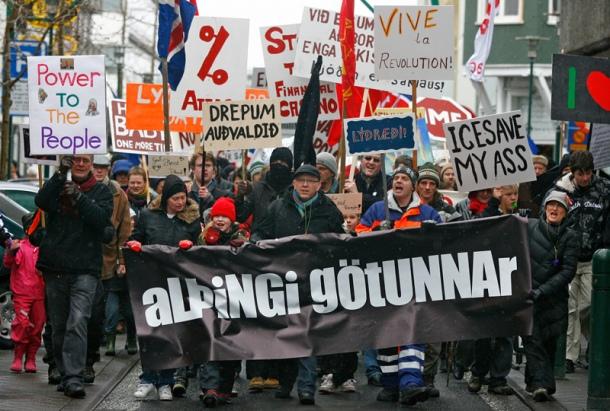 Manifestation pour la tenue d'un référendum sur le remboursement par l'État islandais de la dette des banques, prélude à la montée de la gauche islandaise pro-européenne